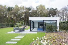 Wit poolhouse met zwarte accenten in beton.
