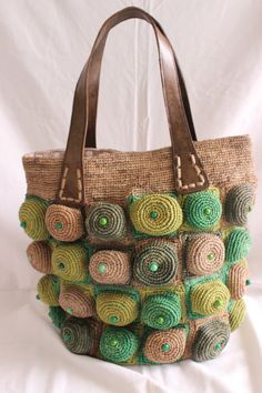 SAC MACARON PERLE, crocheter en raphia , motif en boule avec des petites perles , anses en cuir.  Couleurs ( Dominant )   : Vert   Couleurs Disponible: Fushia , caramel