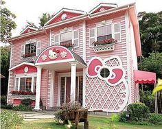 A Hello Kitty House! This is a treat for all little hello kitty fans. It is a villa in Shanghai designed completely in pink and based on the entire theme of hello kitty. Hello Kitty Rosa, Hello Kitty Haus, Chat Hello Kitty, Hello Kitty Themes, Hello Hello, Kitty Kitty, Kitty Cafe, Crazy Houses, Pink Houses