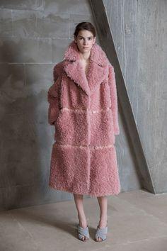 Vika Gazinskaya Fall 2017 Ready-to-Wear Fashion Show Fur Fashion, Fashion Week, Fashion 2017, Look Fashion, High Fashion, Fashion Show, Fashion Trends, Streetwear Mode, Streetwear Fashion