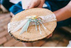 Um jeito lindo e criativo para levar as alianças ao altar!  Para um casamento no estilo rústico e, praticamente, todo decorado pela noiva e família. Um DIY para se inspirar! Sempre feito com muito amor!  {via @hochzeitsguide website} #armazeminspira