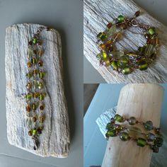 Drie rijen koperen armband gemaakt met groene en bruine glaskralen.  www.facebook.nl/kikakoscreaties