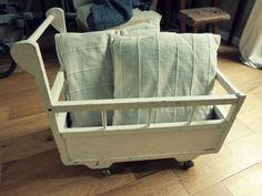 Ancien lit roulotte à poupon  http://www.leboncoin.fr/annonces/offres/bretagne/?o=1&q=antiquaillerie