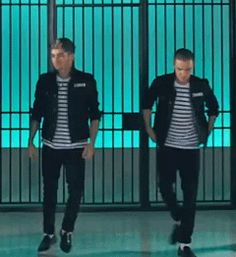 (GIF) Although I admire Liam pulling up his pants during this awkward jazz square and Zayns equally awkward hand roll, I think Louis gets the award for best dance during this part.