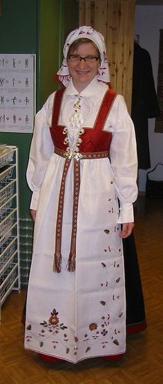 Kvinne kledd i Åmlibunad.