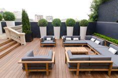 Dachterrasse mit effektvollen Sichtschutz aus Pflanzen, einladende Lounge Garnitur