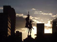 O Monumento à Terra Mineira, obra do escultor italiano Júlio Starace, homenageia os Mártires da Inconfidência.  Foi inaugurado na Praça da Estação de Belo Horizonte em 1930. Fotografia de Marcos Arantes