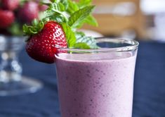 Jahodové chia smoothie Fruit Juice, Kitchenette, Sweet Recipes, Smoothies, Panna Cotta, Food And Drink, Fresh, Drinks, Juices