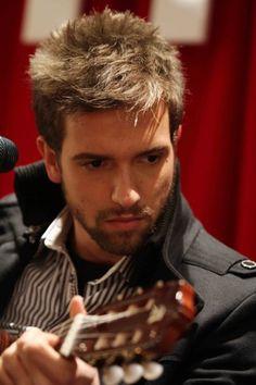Pablo tocando la guitarra...