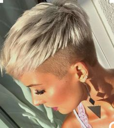Kurzhaar-Ideen 2 Coloring Your Hair Coloring hair is very fashionable these days. Funky Short Hair, Really Short Hair, Super Short Hair, Short Hair Cuts For Women, Short Hairstyles For Women, Short Hair Styles, Hairstyle Curly, Short Hair Undercut, Shaved Hair Cuts