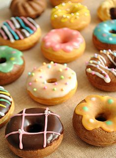 House - Delicious Donuts La a a a a a a a a a a - a la table! Easy Donut Recipe, Baked Donut Recipes, Baked Donuts, Cute Donuts, Mini Donuts, Donuts Donuts, Delicious Donuts, Delicious Desserts, Yummy Food