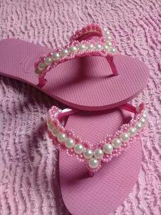 sandalia custumizada Bling Shoes, Fancy Shoes, How To Make Slippers, Beaded Beads, Flip Flop Craft, Decorating Flip Flops, Leather Sandals Flat, Flat Sandals, Stylish Sandals