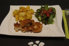 Zutaten für die Blumenkohlschnitzel: 1 Blumenkohl Für die Panade: Paniermehl 1 EL Sojamehl 5 EL Mehl Salz, Pfeffer, Paprikapulver Zutaten für den Salat: gemischten Blattsalat, Cherrytomaten halbiert 1/2 ausgepresste Orange 1 EL Agavendicksaft 1 TL Senf 3 EL Olivenöl Salz, Pfeffer aus der Mühle Für die Kartoffeln: gegarte Pellkartoffeln Salz, Majoran Zubereitung: Den Blumenkohl von den äußeren Blättern befreien, waschen und in Gemüsebrühe ca. 8 Minuten garen.Er sollte nicht zu weich werden…