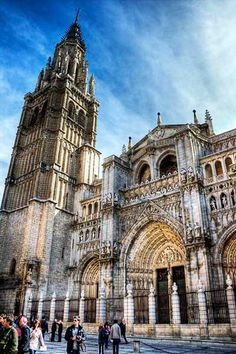 Catedral de Toledo in a Gothic style with a French influence, it measures 120 m long by 60 m wide and contains 5 naves supported by 88 pillars and 72 vaults Toledo Cathedral, Cathedral Church, Barcelona Cathedral, Gothic Architecture, Historical Architecture, Oh The Places You'll Go, Places To Visit, Temples, Madrid