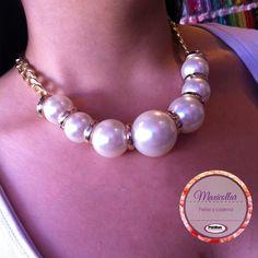 Para esta noche de jueves ¿qué te parece un collar con perlas de acrílico?  Algo sencillo, con mucha personalidad.