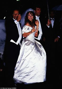 1993: Mariah Carey worn a dress inspired by the ones of Lady D Icon Bridal Dresses in Fashion History:  https://lucianolapadula.wordpress.com/2017/10/17/ten-iconic-bridal-dresses-across-100-years/
