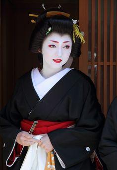 She is a geisha in Kyoto. Geisha Japan, Japanese Geisha, Japanese Beauty, Japanese Kimono, Japanese Girl, Asian Beauty, Kyoto Japan, Geisha Hair, Samurai