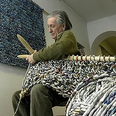 Le tricot avec du papier à la mode italienne..L'italien Ivano Tivali aux aiguilles  ©G.Manucci