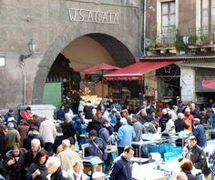 Non si può non rimanere incantati dallo storico mercato del pesce di Catania... Continua a leggere su http://www.notiziecatania.it