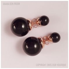 Descrizione: Orecchini double face Materiale: doppia perla nera simulata, montatura placcata oro rosa 18 carati con farfalla in omaggio per doppia vestibilità