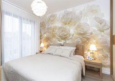 Dominantním prvkem je v ložnici tapeta s motivem růží.