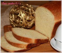 Ce pain de mie est le pain préfère de ma fille je suis obligée de la stopper quand elle commence à en manger, car je crois qu'il passerait en entier. Mais je la comprends, car il est super bon sa croute fine sa mie tendre avec juste ce qu'il faut de sucre...