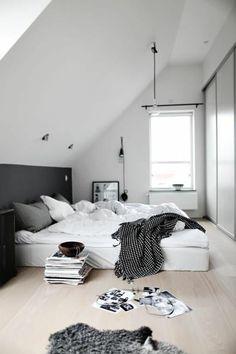 deco chambre parentale, lit avec coussins blancs et gris, meubles dans la chambre à coucher