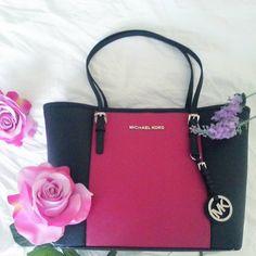 Finalmente mia!!! Questa fantastica shopping bag di @michaelkors  con i suoi due colori, nero e fucsia, sarà adatta sia per l'estate che per l'inverno..Un'unica borsa per quattro stagioni! #look #fashionlook #style #photooftheday #design #shopping #outfit #ootd #lookbook #bag #michaelkors