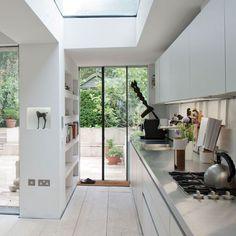 Modern sleek kitchen with good shelving Home Design, Interior Design, Kitchen Interior, Kitchen Decor, Kitchen Modern, Kitchen Ideas, Kitchen Unit, Modern Kitchens, Kitchen Layout