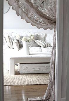 shabby chic wohnzimmer häckelgardinen weiße möbel koffer stauraum