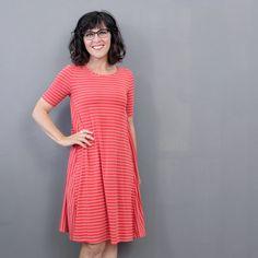 Kleid Nr. 2 ist ein legeres Kleid in schwingender A-Linie in außergewöhnlicher Schnittführung mit Rundhalsausschnitt.  Seine figurnahe Passform im Brustbereich und die großzügige Weite um die Hüfte machen es zu einem wunderbar bequemen und lässigen Alltagsbegleiter. Du kannst es mit kurzen, ¾ -langen oder langen Ärmeln nähen, so dass es dich rund ums Jahr begleiten kann. Stoff Design, Sewing Courses, Short Sleeve Dresses, Dresses With Sleeves, Elegant, Easy, Products, Fashion, Fashion Styles
