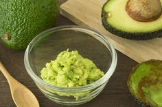 Anti Aging Remedies Natural Anti Aging Remedies - Avocado Mask - We can't run away from aging, but what we can do is delay it as long as possible. Given here are natural anti aging remedies to help you out Creme Anti Age, Anti Aging Cream, Anti Aging Skin Care, Skin Care Remedies, Natural Remedies, Hair Remedies, Avocado Hair Mask, La Constipation, Foods