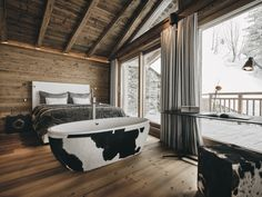 The five exclusive suites of the Hahnenkamm Lodge offer room for up to 12 people and impress with their premium interior decoration.  #hahnenkamm #hahnenkammlodge #kitzbühellodge #lodge #luxurychalets #luxurylodge #bathtub #exclusiveliving