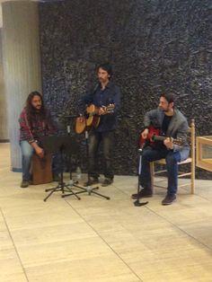 """Carlos Abuin y su """"banda improvisada"""" delitándonos con dos de sus temas en el #Díadellibro en la Biblioteca Central. Teachers, Sash, Studio, Reading"""