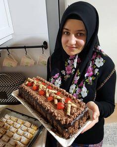 Görüntünün olası içeriği: 1 kişi, yiyecek Pastel Rectangular, Yummy Cakes, Tiramisu, Donuts, Cake Recipes, Diy And Crafts, Food And Drink, Cooking, Breakfast