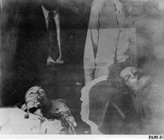 Clyde Barrow and Bonnie Parker, laid out in Conger's Funeral Home after the ambush Bonnie And Clyde Bodies, Bonnie And Clyde Death, Bonnie And Clyde Photos, The Bonnie, Bonnie Clyde, Old Photos, Vintage Photos, Wild West Outlaws, Famous Outlaws
