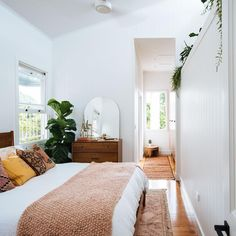 Bohemian Minimalist with Urban Outfiters Bedroom Ideas Bohemian bedroom ideas are able to help you create a relaxing, laid-back space. Owing to that, it is logical that some sort of cool phone accessory wo. Home Decor Bedroom, Interior Design Living Room, Modern Bedroom, Bedroom Simple, Master Bedroom, Pretty Bedroom, Bedroom Plants, Bedroom Bed, Minimalist Bedroom