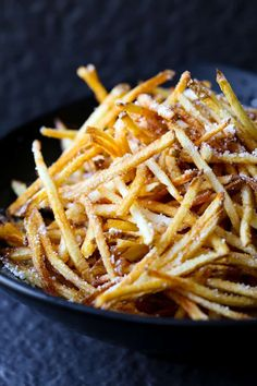 Homemade Shoestring French Fries - Victoria Toews - Homemade Shoestring French Fries These Homemade Shoestring French Fries are super crispy, better than a restaurant! Crispy French Fries, French Fries Recipe, Crispy Oven Fries, Homemade Fries, Homemade French Fries, Homemade Recipe, Burger And Fries, Fries In The Oven, Burgers