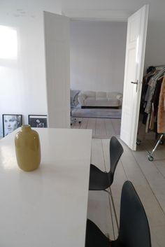 Fancy Wohnzimmer Einrichtungsinspiration Tisch mit St hlen moderne Vase wei e Dielen und W nde