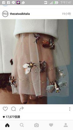 精緻,令人拍案叫絕的袖口,銅製甲蟲,黃金也行,攀附在薄紗上,遠看效果還好。可以運用在裙子紗上,但坐下要小心