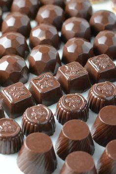 Komplet guide til at temperere og overtrække chokolade derhjemme. Chocolate Sweets, Chocolate Shop, Chocolate Lovers, Just Desserts, Delicious Desserts, Dessert Recipes, Chocolates, Danish Food, Christmas Sweets