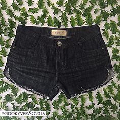 Prático e estiloso: O shorts jeans com lavagem escura é perfeito tanto para o dia quanto para a noite! #Aposte #Gdokyjeans #Glam