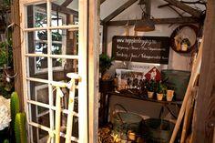 """Herr & Fru Jørgensen  tilbyr et lite og eksklusivt utvalg av tilbehør og redskap til hagen. I tillegg har vi """"inhouse"""" hagedesigner som planlegger og tar rådgivningstimer i din hage."""
