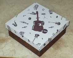 Caixa mdf revestida com tecido 100% algodão decorada com aplique de violão. WWW.NIKIATELIER.ELO7.COM.BR
