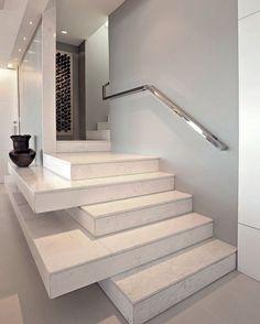 Apaixonado nessa escada! Reparem que dois degraus sobrepostos um ao outro criam um aparador no living. Ideia sensacional! Projeto das arquitetas Marcia Nejaim e Suzana Azevedo da Nejaim Azevedo Arquitetos Associados. #ideiasdiferentes #referencia