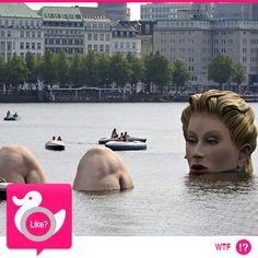 """LADY OF THE LAKE Doveva essere un'opera d'arte ma non provocò gli effetti desiderati. Una scultura in tre pezzi, a tratti inquietante, di una gigantesca donna che fa il bagno nel lago Alster di Amburgo. Il sindaco la definì """"un pugno in un occhio""""... http://www.dailymail.co.uk/travel/article-2022352/Larger-life-Hamburgs-lady-lake-sculpture-branded-eyesore.html"""