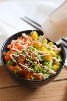 Poke Bowl de Salmón - Receta plato hawaiano con aguacate y mango (salsa mayo-sriracha)