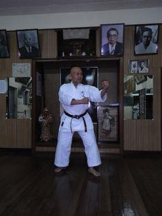 naha/shureido | Minoru Higa sensei, kancho of the Kyudokan Shorin-ryu karate dojo in ... Isshin Ryu, Okinawan Karate, Karate Dojo, Goju Ryu, Karate Kata, Japanese Sword, Naha, Self Defense, Swords
