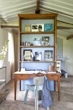 Weer eens iets anders dan een thuiskantoor weggemoffeld in een klein kamertje. Zet de schrijftafel met hoge opzetkast midden in de ruimte en je maakt een originele scheiding tussen wonen en werken. Voor meer wooninspiratie http://www.vtwonen.nl/wooninspiratie?room=Werken