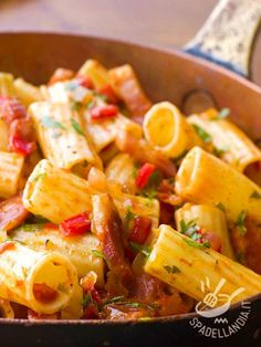 I Rigatoni al pomodoro e pancetta: un primo dal sapore mediterraneo e con il gusto deciso e irresistibile della pancetta. Semplici e veloci.